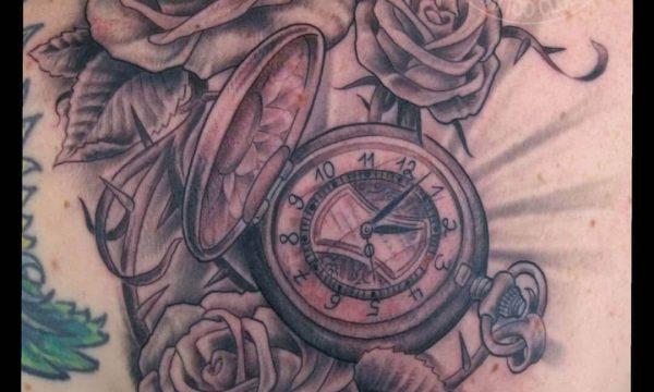 Tattoo Studio Today Tomorrow Forever - Tätiwierte Rosen und eine Taschenuhr auf einem Schulterblatt.