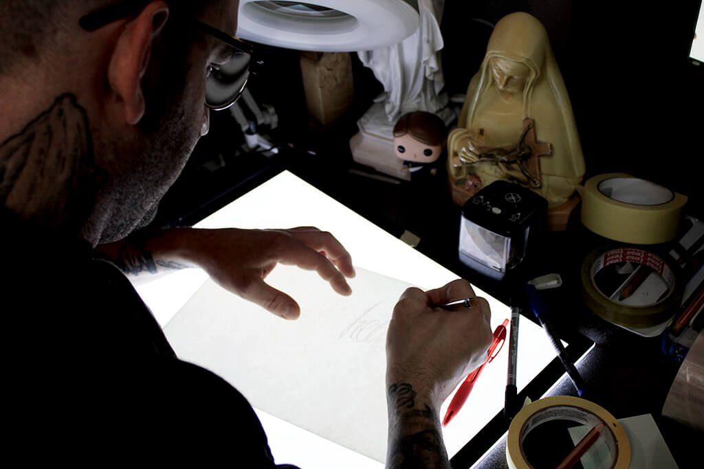 Tattoo Studio Today Tomorrow Forever - Tätowierer Sven entwickelt und zeichnet einen Schriftzug.
