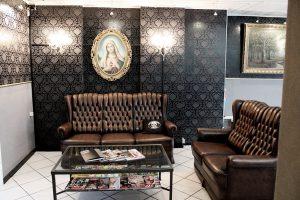 Tattoo Studio Today Tomorrow Forever - Ecke mit Sofas und einem Tisch.