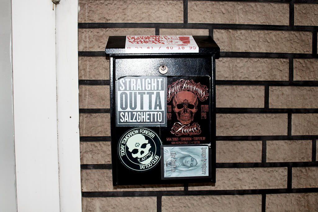Tattoo Studio Today Tomorrow Forever - Briefkasten neben dem Eingang.