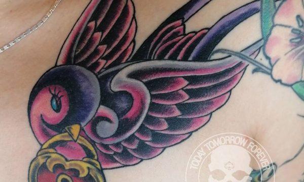 Tattoo Studio Today Tomorrow Forever - Tattoo - Schwalbe mit Herz-Vorhängeschloss im Schnabel.